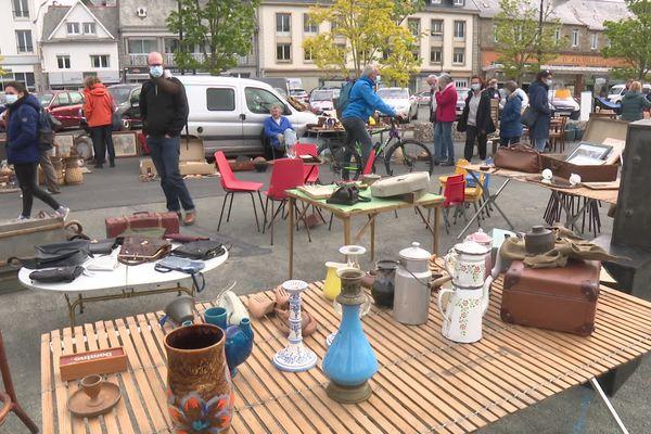 Une centaine de promeneurs et une dizaine de vendeurs sur le quai d'Aiguillon ce dimanche 23 mai à Lannion pour la première brocante depuis octobre dernier.