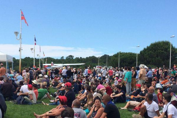 Le public assiste à un show aérien, au-dessus du lac de Biscarrosse.