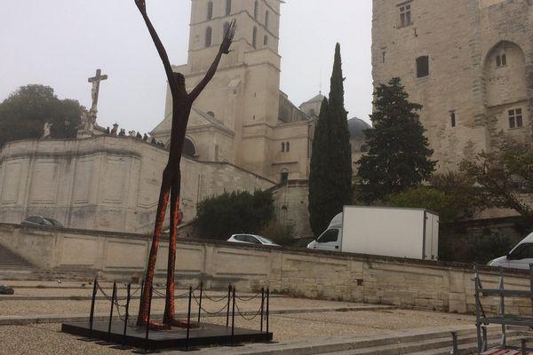 """La statue """"La prière universelle"""" se trouve devant le Palais des Papes à Avignon."""