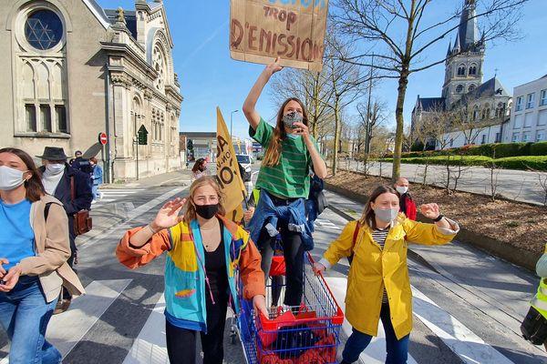 """Ils étaient une centaine à marcher """"pour une vraie loi climat"""" dans les rues d'Epernay, dans la Marne, ce 28 mars 2021."""