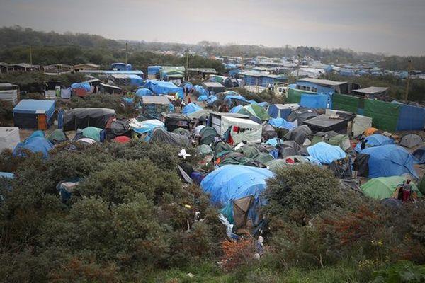 """402 migrants ont quitté Calais a destination de centres d accueil en France, dont Fontenay-le-Compte et La Roche-sur-Yon en Vendée, afin de réduire le nombre de migrants (6 000) dans la """"jungle"""" de Calais"""