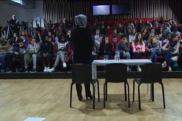 Latifa Ibn Ziaten devant les élèves du collège Anatole France de Toulouse