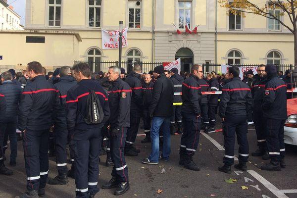 Des professionnels, des officiers, et des pompiers volontaires se sont retrouvés devant la caserne de Rochat (Lyon 7e), avant de défiler en direction de la préfecture.