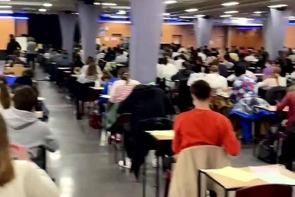 Les étudiants sont regroupés dans d'immenses salles pour passer leurs examens de fin de semestre.
