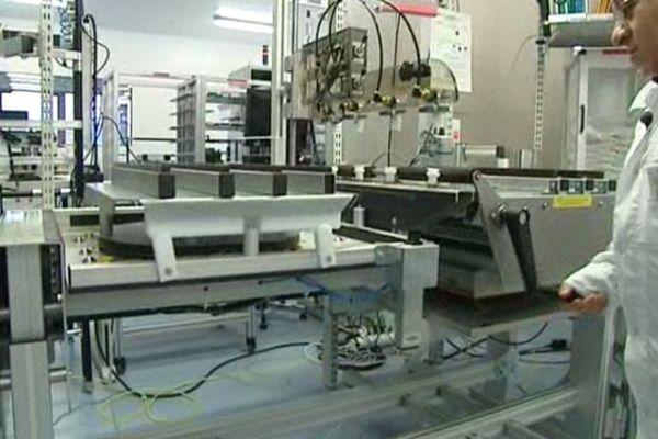 A Moirans, la société Thalès forme les personnes handicapées à des métiers très techniques, comme la fabrication de détecteurs numériques pour la radiologie médicale.