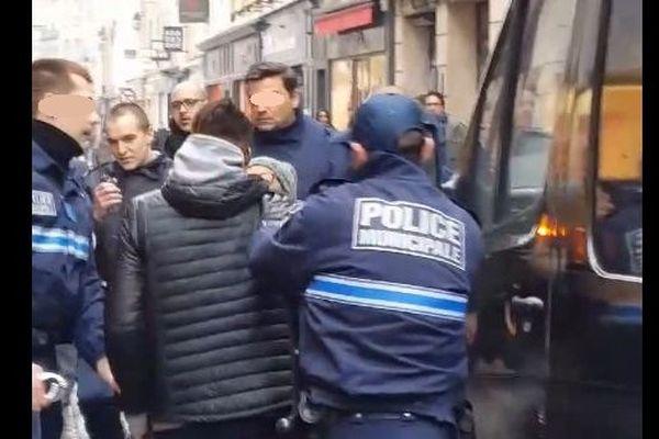 Capture d'écran d'une vidéo Facebook montrant une interpellation à Saint-Germain-en-Laye, le 26 janvier 2017.
