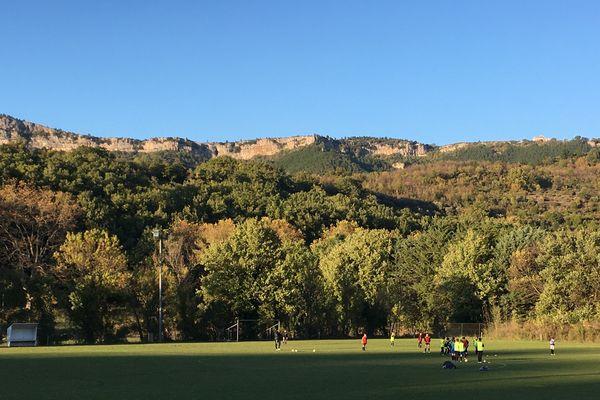 Le stade de football de Saint Étienne de Gourgas, dans l'Hérault. Les membres de l'école intercommunale de football du Lodévois Larzac s'entraînent.