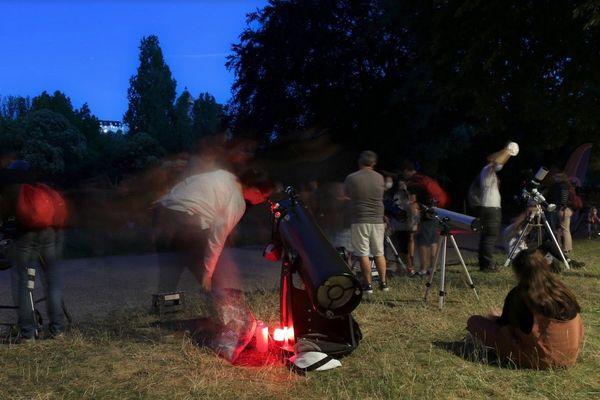 Séance d'initiation à l'astronomie au parc des Buttes-Chaumont dans le 19e arrondissement
