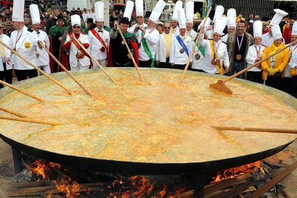 Quelques 15 000 oeufs sont nécessaires à la préparation de l'omelette géante de Bessières.