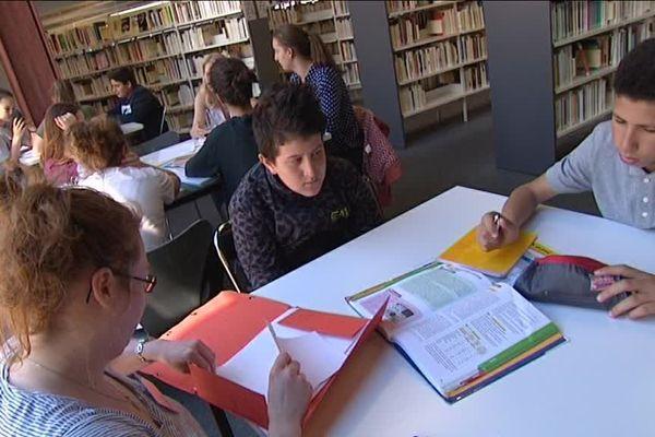 Des élèves de premières préparent l'épreuve de français du baccalauréat avec une enseignante bénévole.
