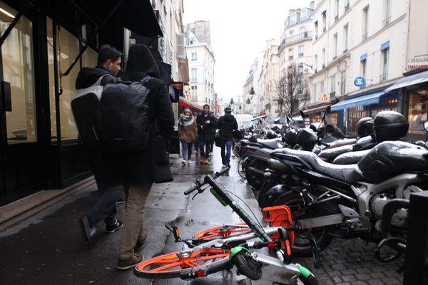 Les véhicules en libre-service se multiplient dans les rues de Paris depuis l'été dernier : la Mairie de Paris entend réglementer leur stationnement.