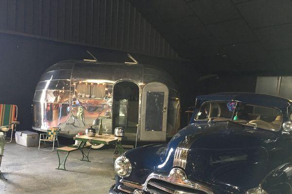 Voiture, caravane et vélo de collection des années 40