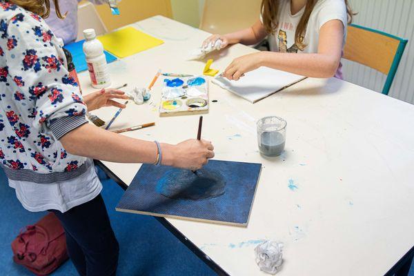 Dans le cadre d'une reprise progressive de l'école, des enfants participent a un atelier d' arts plastiques
