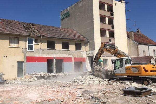 L'hôtel-restaurant Au bon accueil de Chevigny-Saint-Sauveur en cours de démolition