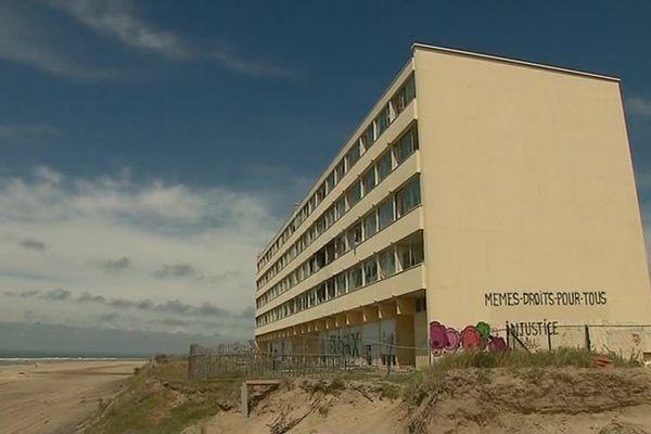 Le Signal a été construit en 1967, et menace désormais de s'effondrer en raison de l'érosion de la dune. Il est construit à Soulac, en Gironde.