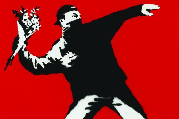 """Le lanceur de Fleurs, oeuvre emblématique de Banksy, tiré de la fresque """"Love is in the Air"""", réalisée en 2003 dans les rues de Jérusalem."""
