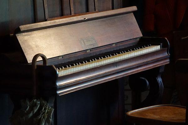 En Haute-Loire, un piano centenaire offert aux arrière-grands-parents de Mylène Bernhardt par une famille juive recherche ses anciens propriétaires.