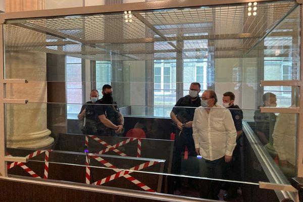 Jacques Rançon dans le box des accusés avant l'audience devant la cour d'assises de la Somme mardi 8 juin 2021