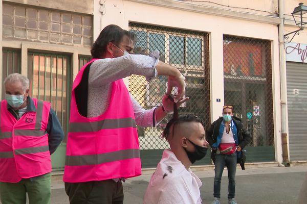 Les coiffeurs du cœur sont reconnaissables à leur gilet rose.