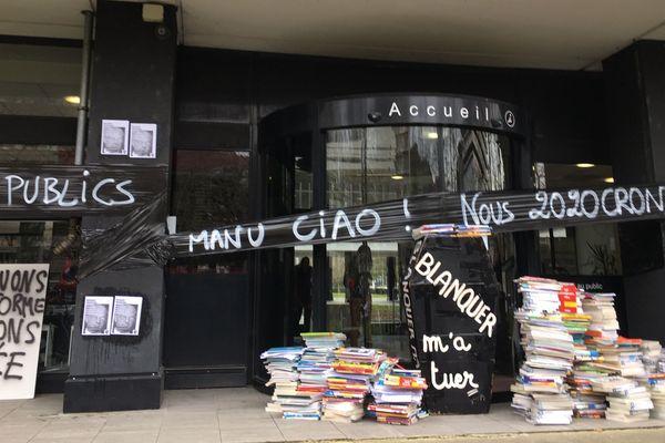 Des manuels scolaires et un cercueil déposés par les manifestants pour protester contre le contrôle continue du baccalauréat et la réforme des retraites