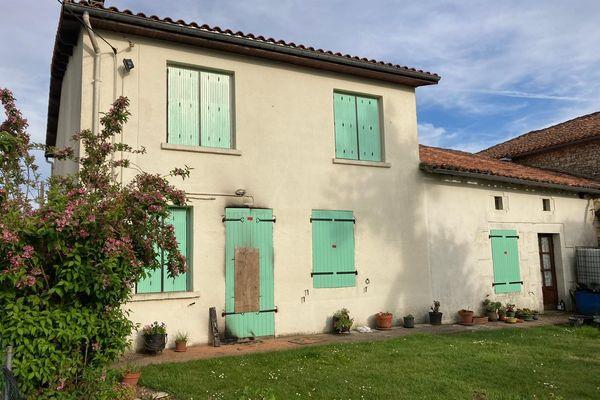 Les volets de la maison de la victime située aux PIns (Charente) ont été soigneusement sciés et partiellement noircis par la fumée.