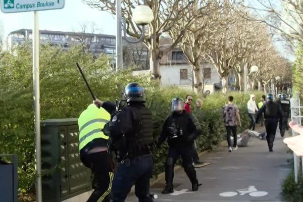 Besançon, samedi 30 mars, le coup de matraque asséné par un policier : justifié ou pas ?