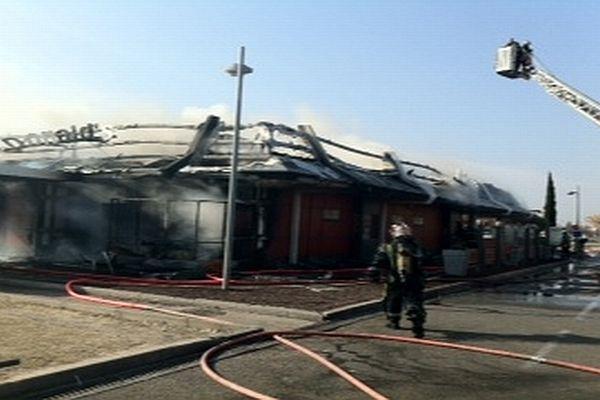Nîmes - le Mc Do de Cap Costières détruit par un incendie - 26 février 2013.
