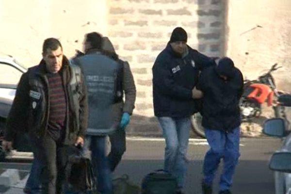 L'auteur des coups de feu emmené par les policiers du SRPJ de Montpellier