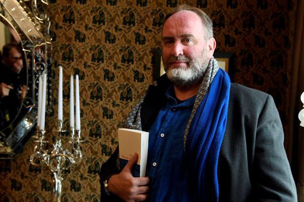 Serge Joncour après avoir reçu le prix Interallié, mardi 8 novembre 2016 à Paris.