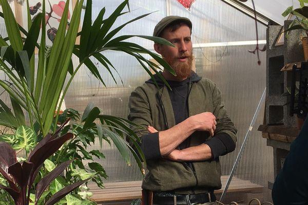 Nicolas Talliu reçoit des plantes à soigner et les sauve avant de vous les rendre en bonne santé ou de les revendre à bas prix