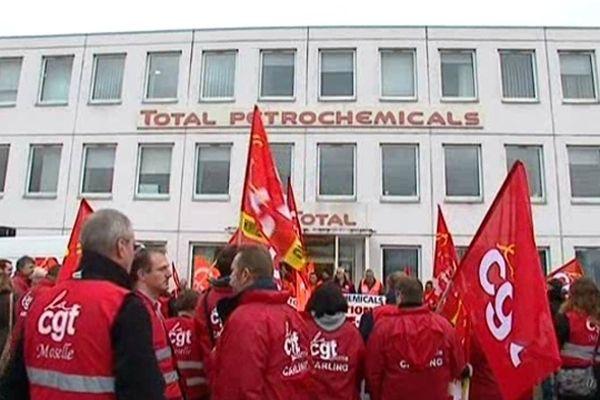 Manifestation pour la défense de la pétrochimie sur la plateforme de Carling (Moselle), mardi 27 novembre 2012.