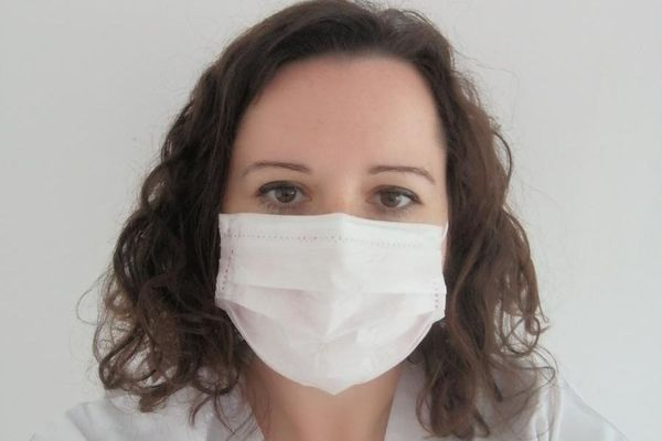 Une infirmière de l'hôpital de La Rochelle portant un masque chirugical.
