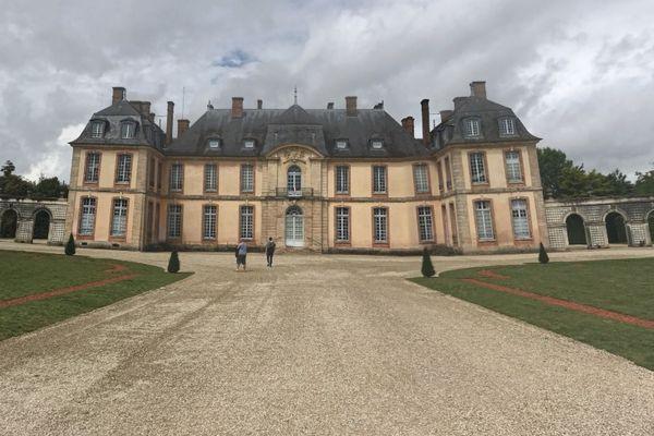 Le château de Motte-Tilly, une fois ses grilles franchies.