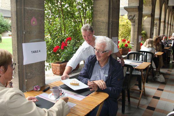 Claudine, en situation de handicap, est très fière de servir les clients du salon de thé de la Maison Saint-Sixte