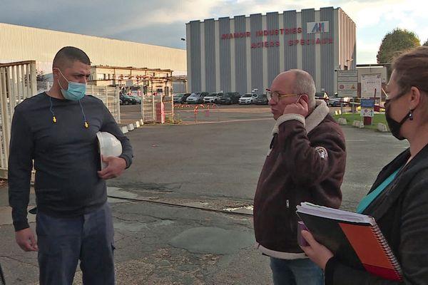 Mardi 19 octobre 2021 : représentants du personnel et délégués syndicaux devant l'entrée du site de Manoir Industries à Pitres (Eure)