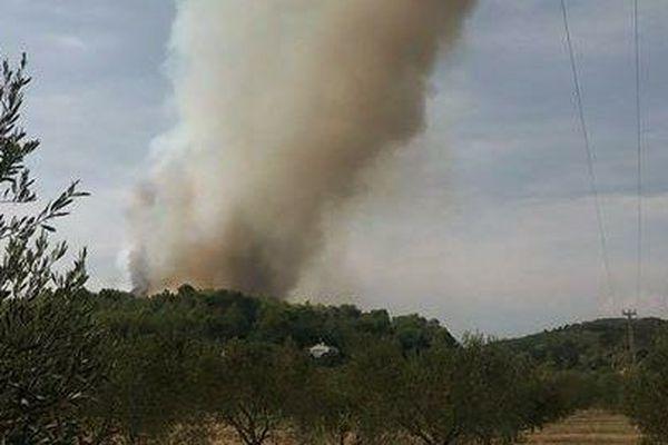 Le feu s'est déclaré sur un lieu-dit non loin de Nîmes. Vingt personnes ont été évacuées.