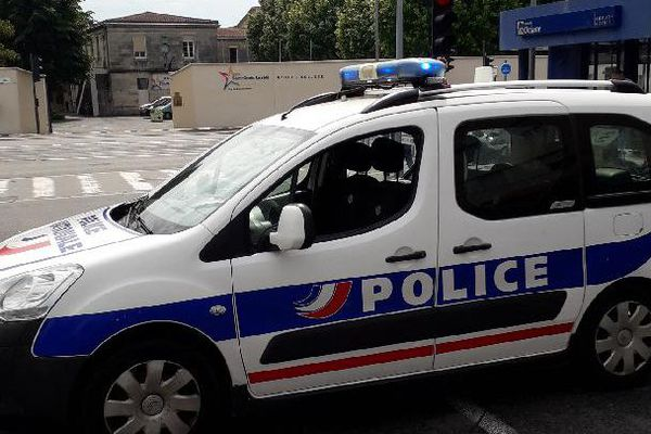 La police a établi un périmètre de sécurité autour du groupe Scolaire St Senès