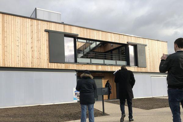 La maison Europe de Bezannes a été conçue comme une maison circulante sur plusieurs étages. La façade est en bois.