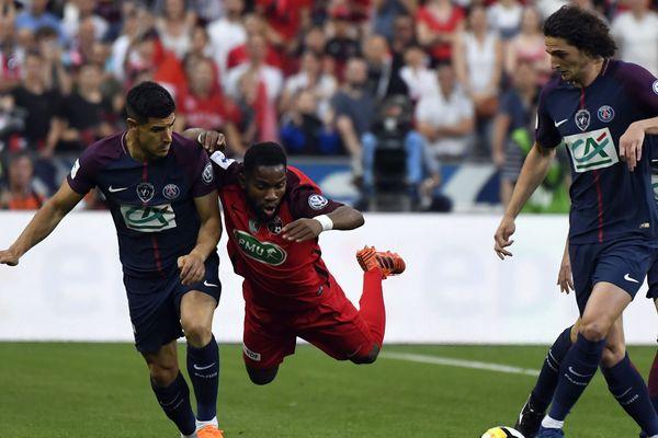 Rodrigue Bongongui entre Adrien Rabiot et Yuri Berchiche, lors de la première mi-temps de la finale.
