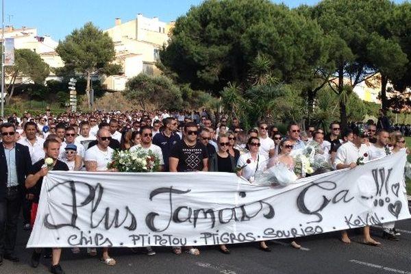 Plus de 2000 agathois sont présents pour la marche blanche.