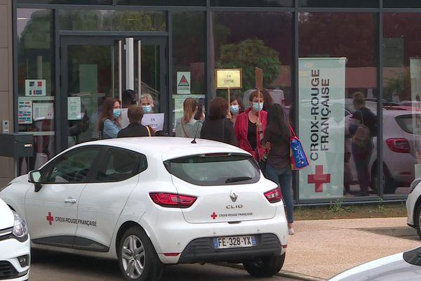 Les grévistes ont débrayé ce vendredi matin à l'entrée du centre de formation de la Croix-Rouge à Quetigny (Côte-d'Or)