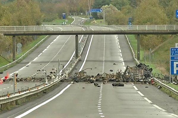 Les restes du camion et de sa cargaison sur l'autoroute A11