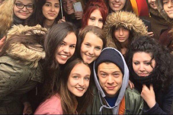 Harry Styles au milieu de ses fans à Dunkerque ce vendredi midi.