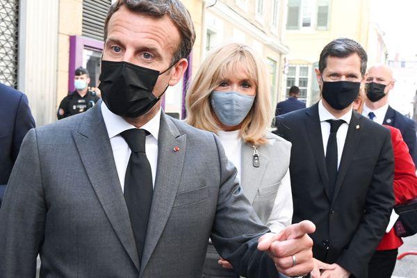 Emmanuel Macron, en déplacement dans la Drôme, a été giflé lors d'un bain de foule.