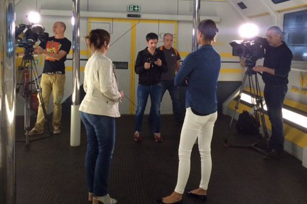 L'équipe de tournage a passé deux jours au Futuroscope, ici avec Elodie Arnaud, directrice des projets et des développements.