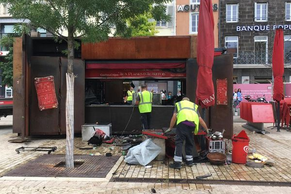 Mardi 27 juillet, vers 12h30, un kiosque de la place de Jaude à Clermont-Ferrand a pris feu.