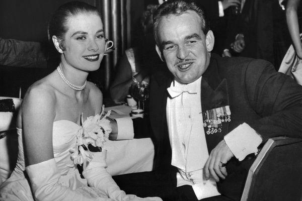 La Princesse Grace de Monaco et son époux, le Prince Rainier III, le 1er juin 1956, deux mois après leur mariage. Du 19 au 28 avril 2019, une exposition met à l'honneur la figure de cette princesse et ancienne actrice, à l'occasion de l'année de ses 90 ans.