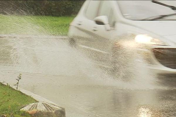 Les pluies importantes provoquent des inondations, notamment sur les routes. Prudence.