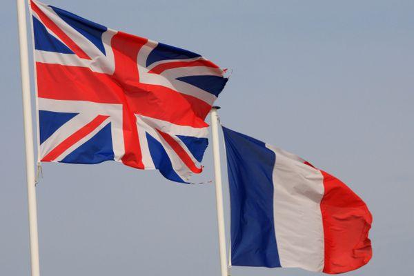 L'Union Jack britannique et le drapeau tricolore.