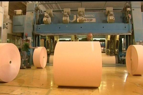 L'usine recycle le papier et produit du papier pour la presse